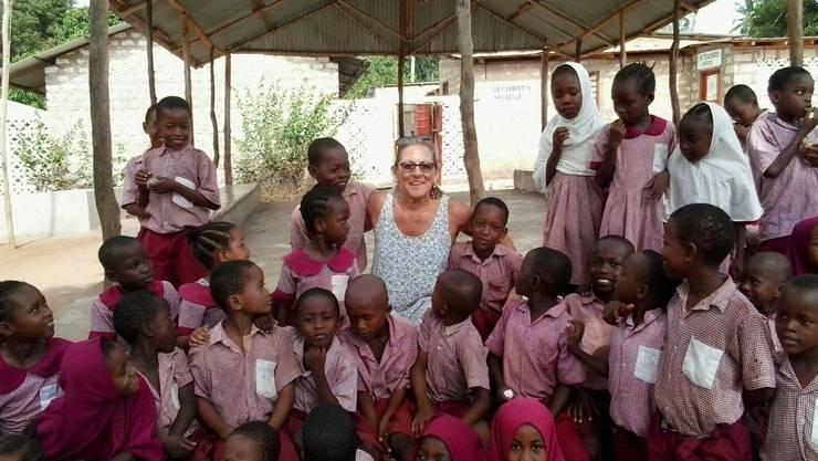 Antonio und Rita Gigliotti sind als das Ehepaar mit den grossen Herzen bekannt. Gemeinsam eröffneten Sie vor 23 Jahren eine Schule in Kenia;Rita Gigliotti mit den Kleinen der Academy