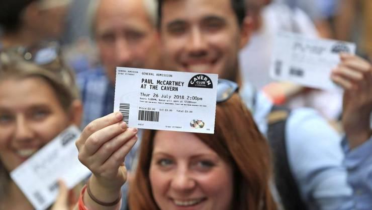250 Fans haben es geschafft und haben ein Gratisticket für Paul McCartneys intimes Konzert am Donnerstag im Cavern Club in Liverpool ergattert. Belohnt wurden sie mit einem Gig, der - abgesehen von einer Klimaanlage - nichts zu wünschen übrig liess.