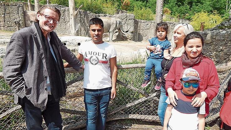 Brigitte Bader (3. v. r.) und ihr Partner Philppe Dätwyler (l.) mit Familie Azizi im Zoo Zürich.