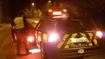 In der Nacht auf Montag konnten Deutsche Bundespolizisten und Schweizer Grenzwächter gemeinsam einen Schmuggler festhalten, der eine Kontrolle umgehen wollte.