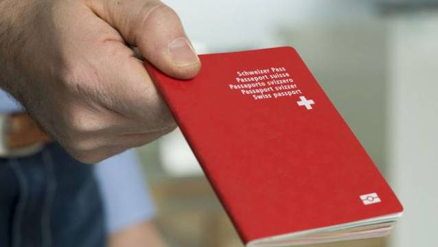 Die Zürcher SVP findet es grotesk, zum einen die Einbürgerungspraxis zu verschärfen und geichzeitig Betroffene zur Express-Einbürgerung zu ermuntern. Denn am 1. Januar 2018 tritt das revidierte eidgenössische Bürgerrechtsgesetz in Kraft. (Archiv)