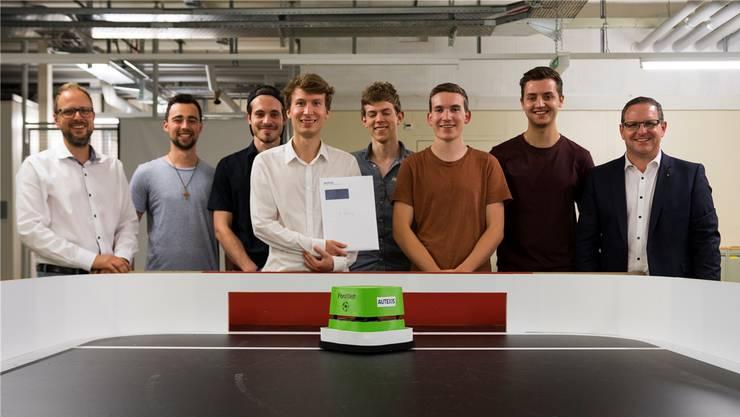 Die Systemtechnik-Studierenden der Fachhochschule lassen ihre selbst gebauten Fussballroboter gegeneinander antreten.