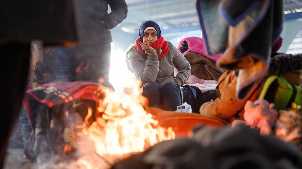 ARCHIV - Wärmen am Lagerfeuer in einer leeren Markthalle nahe der türkisch-griechischen Grenze: In der Türkei leben derzeit rund 4 Millionen Flüchtlinge. Foto: Mohssen Assanimoghaddam/dpa