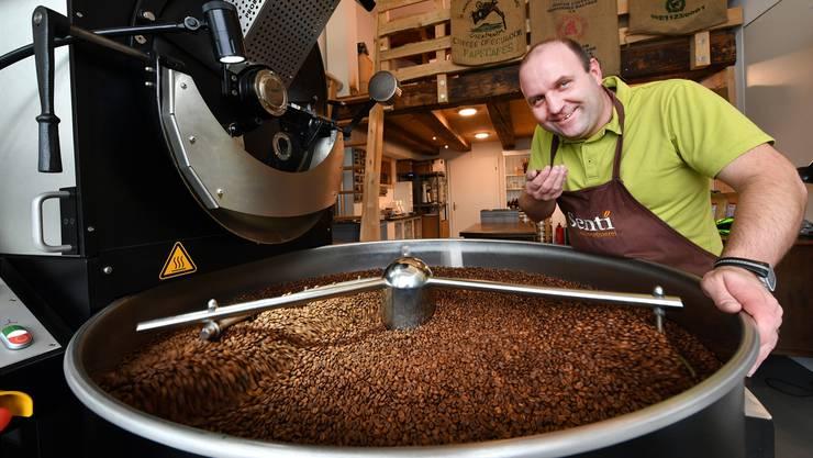 Geschäftsführer Jann Senti der Kaffeerösterei Senti in Kappel überprüft den Röstegrad der Bohnen, nachdem diese 20 Minuten lang erwärmt wurden.