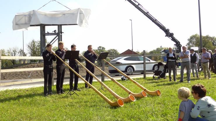 Das Alphorn-Quartett Niederwil spielt beim Kreisel-Festplatz in Tägerig.