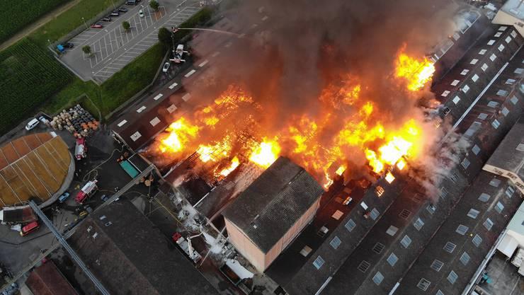 Aufnahme des Brandes in Laufen vom 10. Juli 2020. Der Schaden ist enorm.