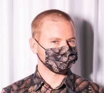 Der Zürcher Designer lässt in Zürich aus den Stoffen seiner Kollektion knallbunte Fashion-Masken nähen. Ab 39 Franken.