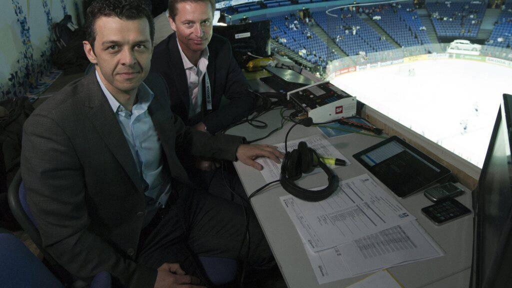Da fühlt er sich wohl: Jann Billeter (vorne) kommentiert ein Eishockey-Spiel.