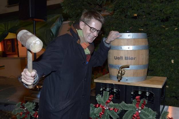 Zum Job gehören aber auch fröhliche Elemente: Ueli-Bier-Festanstich mit dem Gewerbedirektor.