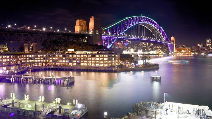 Nächtliches Lichtermeer im Hafen von Sydney.