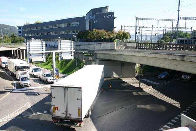 Vor allem Durchgangsverkehr zwängt sich durch den «Neumarkt-Knoten» in Brugg. Braucht es weitere Umfahrungen?