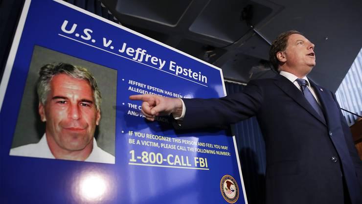 Bundesstaatsanwalt Geoffrey Berman bei seiner Pressekonferenz, in der er die Anklage gegen Jeffrey Epstein erläutert.