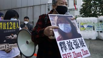 Demokratie-Aktivisten in Hongkong fordern die Freilassung der Bürgerjournalistin Zhang Zhan. An diesem Montag wurde sie verurteilt.