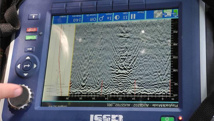 Anhand der Wellen erkennen die Forscher oben in der Mitte eine Mauer.