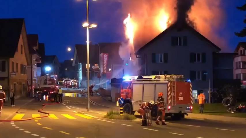 Hausbrand in Eschenbach (SG): Älteres Paar durchs Fenster gerettet