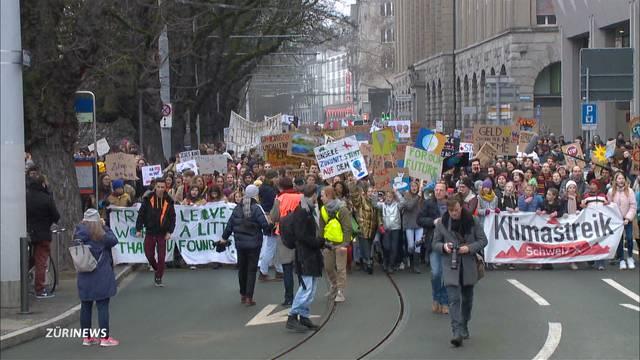 Zirka 8000 Demonstranten gehen für's Klima auf die Strasse