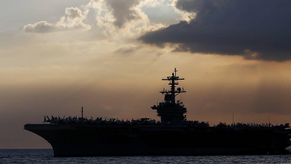 Der Kapitän des US-Flugzeugträgers «USS Theodore Rooseveld» ist entlassen worden. Er habe zuviel Aufsehen erregt wegen einzelner Coronovirus-Fälle an Bord, so die Begründung.
