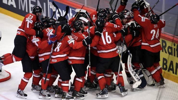 Schweizer Eishockeyaner feiern den Sieg