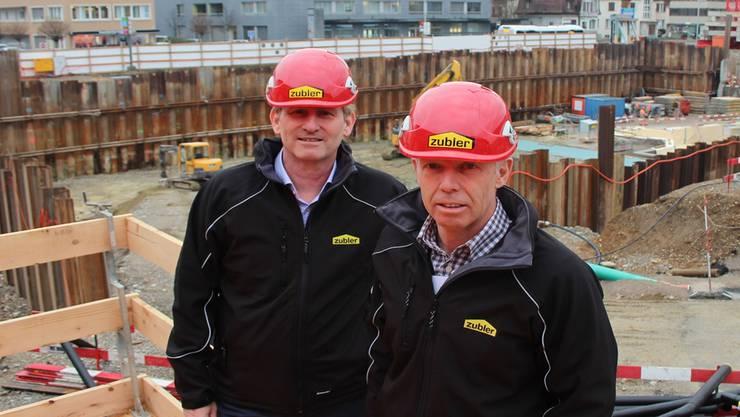 Urs und Peter Zubler (v.l.) auf der Grossbaustelle beim Gais-Kreisel. Sie führen das Unternehmen in dritter Generation. Kel