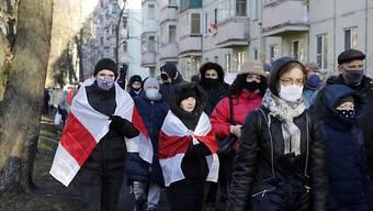 Bürger von Minsk bilden in ihrem Wohnviertel einen Demonstrationszug gegen das Regime von Machthaber Alexander Lukaschenko. Foto: Uncredited/AP/dpa