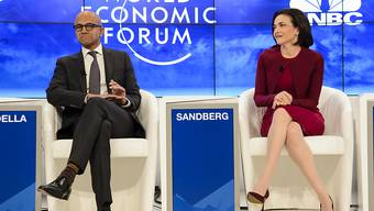 Microsoft-Chef Satya Nadella (links) und Sheryl Sandberg, operative Leiterin von Facebook, erörterten in Davos die Chancen der neuen industriellen Revolution für Arme und Frauen.