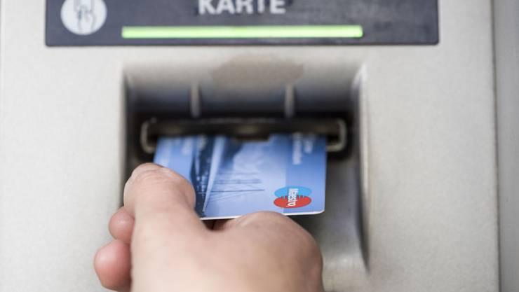 100 Franken am Bancomaten beziehen und 10 Franken Gebühren zahlen – das gibt es tatsächlich. (Symbolbild)