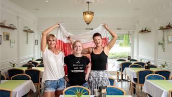 Zur Neueröffnung des polnisches Restaurants Moja Tawerna durfte die polnische Flagge nicht fehlen: (von links) Jolanta Poprawa, Alicja Zak und Priska Laube.