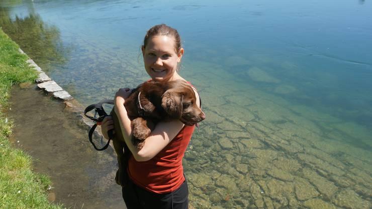 «Seit einem Monat haben mein Partner und ich unseren drei Monate alten Labrador ‹Bruce›. Seitdem bin ich regelmässig an der Limmat. Labradore sind Wasserhunde. Hier ist es ideal für ihn, um das Schwimmen zu lernen. Die Nötzliwiese ist Natur mitten in der Stadt.»