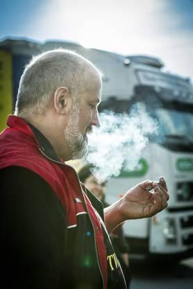 Schützen sind Frühaufsteher: Rauch- und Kaffeepause auf der Raststätte im Morgenlicht