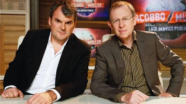Mike Müller und Viktor Giacobbo machen sich in ihrer Sendung gern über den fehlenden Sponsor lustig. Foto: SRF/Heinz Stucki