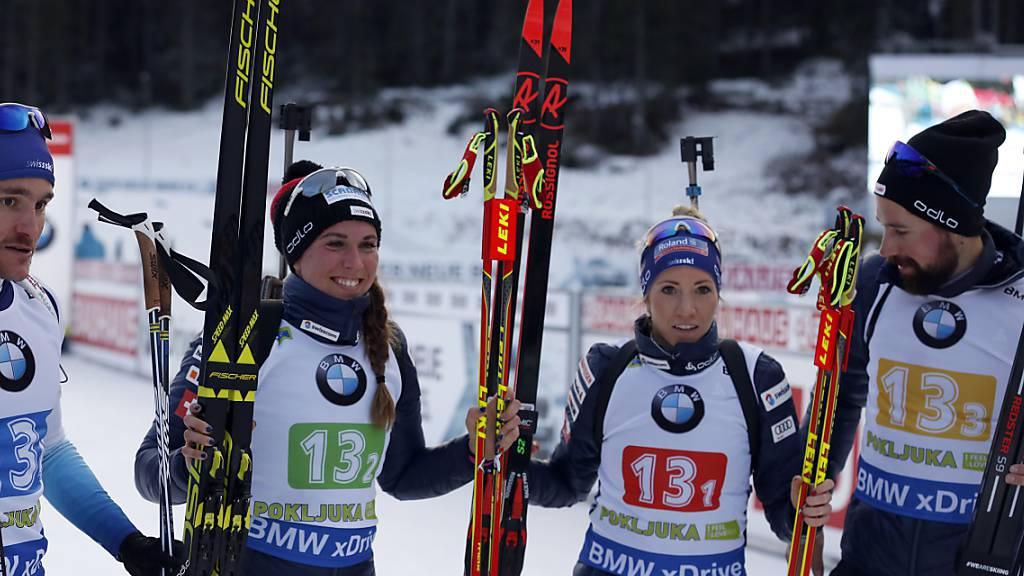 Jeremy Finello (links), Lena Häcki, Elisa Gasparin und Benjamin Weger jubeln: Im Dezember 2018 schaffen sie in Pokljuka im Weltcup mit einem 2. Rang in der Mixed-Staffel den Sprung aufs Podest.