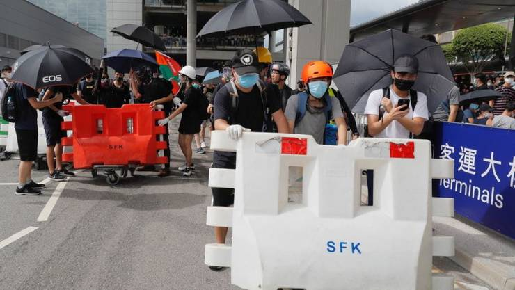 Demonstranten installieren Blockaden vor dem Hongkonger Flughafen. (Archivbild)