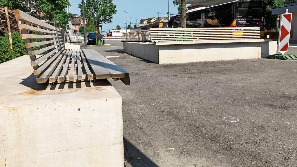 Die Füsse baumeln in der Luft, die Kante schneidet in die Kniekehle - die neuen Sitzbänke auf dem Flawiler Bahnhofplatz sind nicht jedermanns Sache.