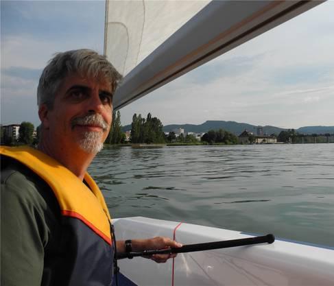 Roland Bendelac am Steuer der Vaurien-Jolle Filou oberhalb des Kraftwerks Augst. mf