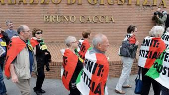 Angehörige von Asbestopfern protestierten am 12. Mai in Turin vor dem Gerichtsgebäude zum Auftakt der Vorverhandlung (Archiv)