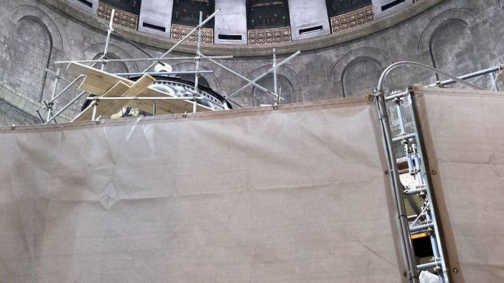 Vorhang auf für die renovierte Kapelle: Blick in die Grabeskirche Jesu in Jerusalem. (Archivbild)