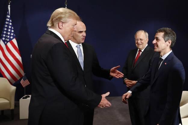 Donald Trump und Alain Berset am WEF in Davos 2018. Sie gebrüssen Johann Schneider-Ammann und Ignazio Cassis.