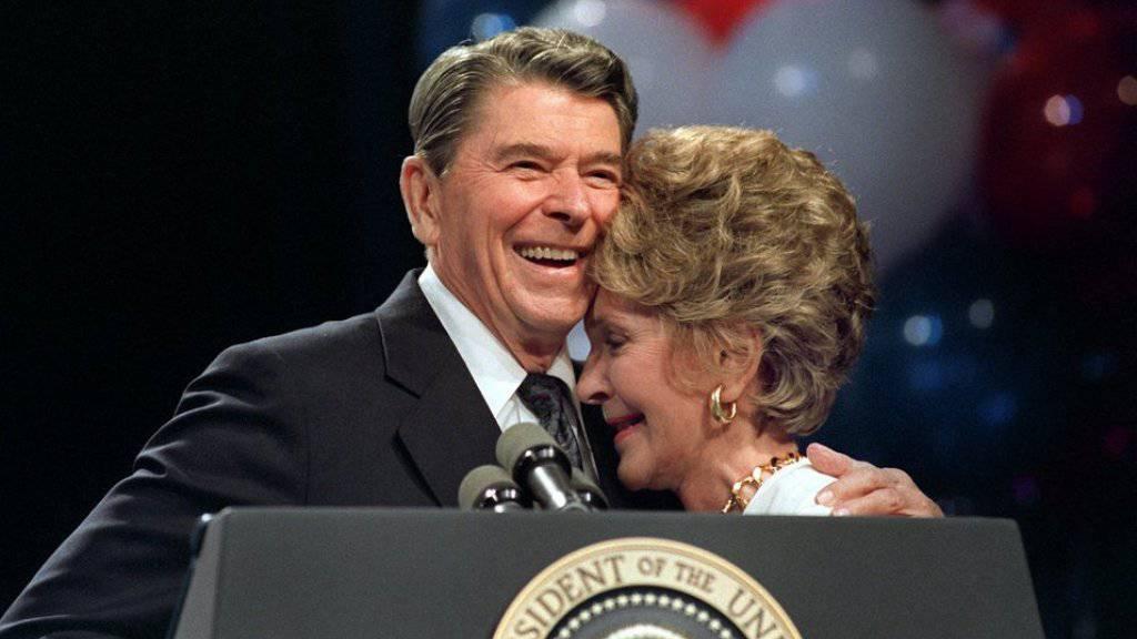 Der damalige US-Präsident Ronald Reagan nimmt am 15. August 1988 nach seiner Rede bei einem Wohltätigkeitsessen in New Orleans zu Ehren seiner Ehefrau seine Nancy zärtlich in den Arm. (Archivbild)