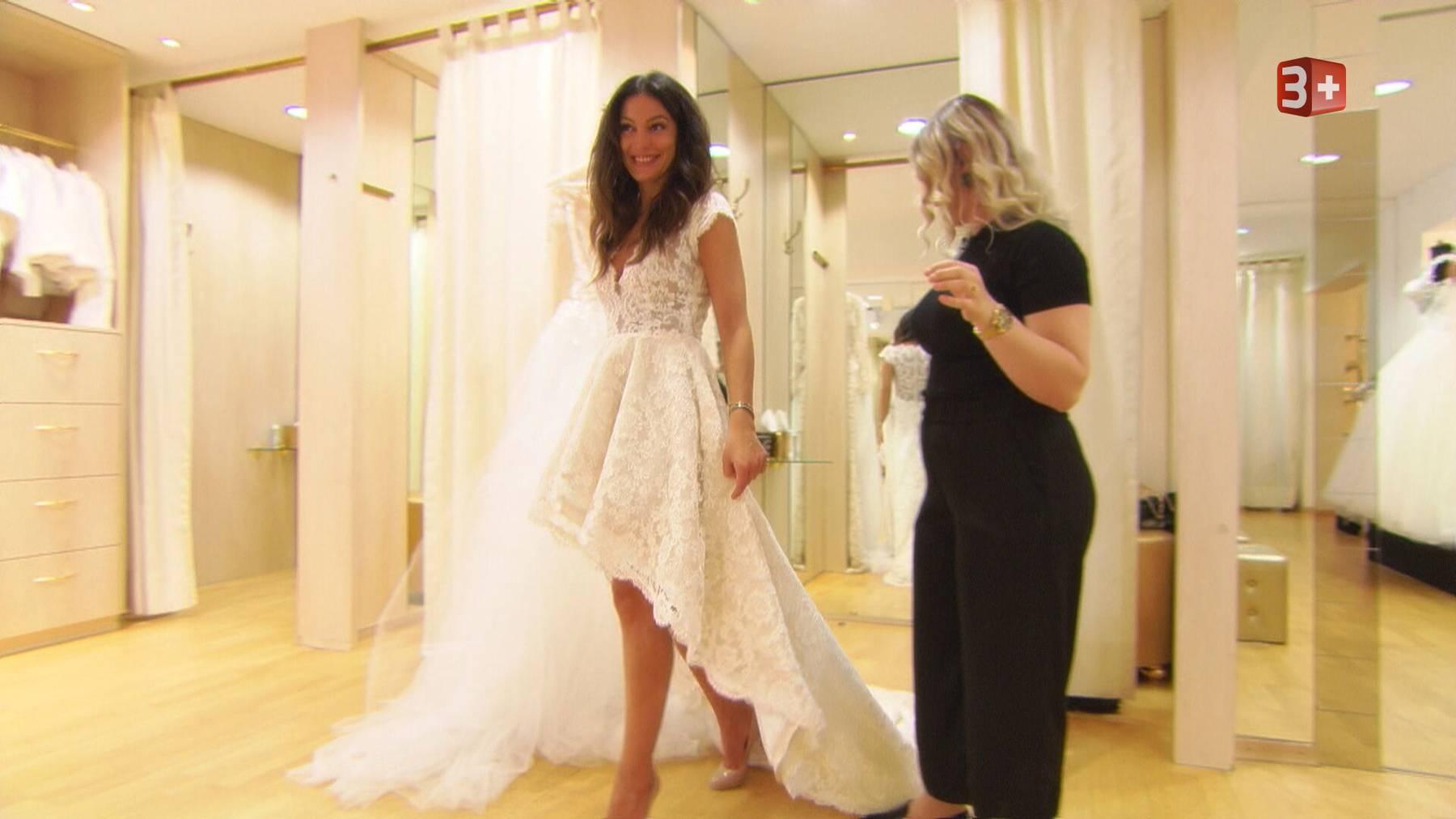 Frieda Hodel sucht ihr Hochzeitskleid aus.