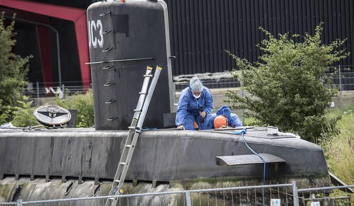 Ermittler untersuchen Madsens U-Boot.