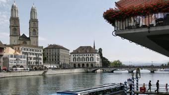 Touristen steigen aus einem Limmatschiff in Zürich. (Archivbild)