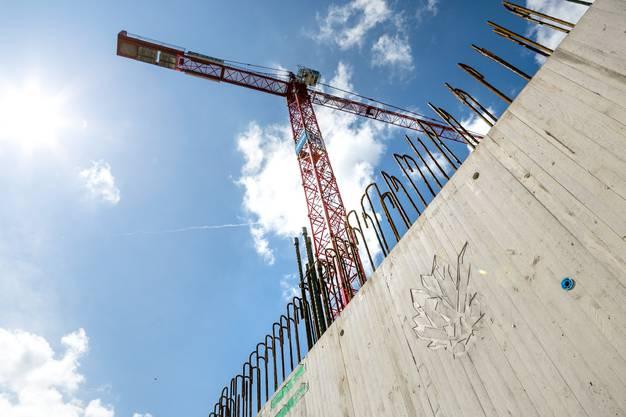 Auf der Baustelle stehen drei Baukräne.