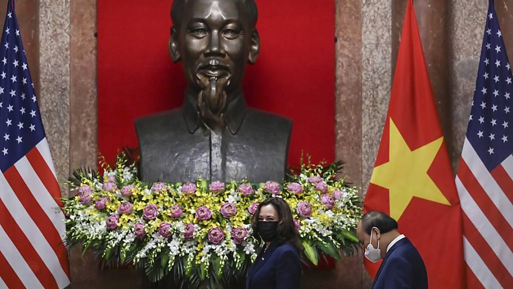 dpatopbilder - Kamala Harris (l), US-Vizepräsidentin, geht mit dem vietnamesischen Präsidenten Nguyen Xuan Phuc im Präsidentenpalast spazieren. Harris ist derzeit im Rahmen der zweiten Auslandsreise ihrer Amtszeit in Asien unterwegs. Foto: Manan Vatsyayana/Pool AFP/AP/dpa