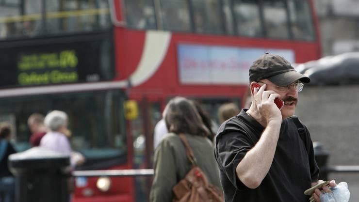 Teures Pflaster: Wer keine Auslandsoption kauft, zahlt bei Handy-Gesprächen im Ausland zu viel.keystone