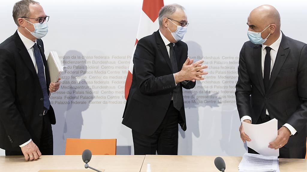 Bundespräsident Guy Parmelin (Mitte), Gesundheitsminister Alain Berset (rechts) sowie Kantonsvertreter Christian Rathgeb kämpfen zum zweiten Mal vereint gegen ein Referendum gegen das Covid-19-Gesetz. (Archivbild)