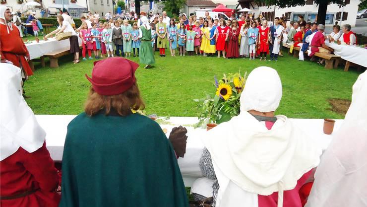 """Am Birrwiler Jugendfest brachten die Kinder zu Beginn der """"Tafeley"""" Graf Rudolf von Habsburg ein Ständchen."""