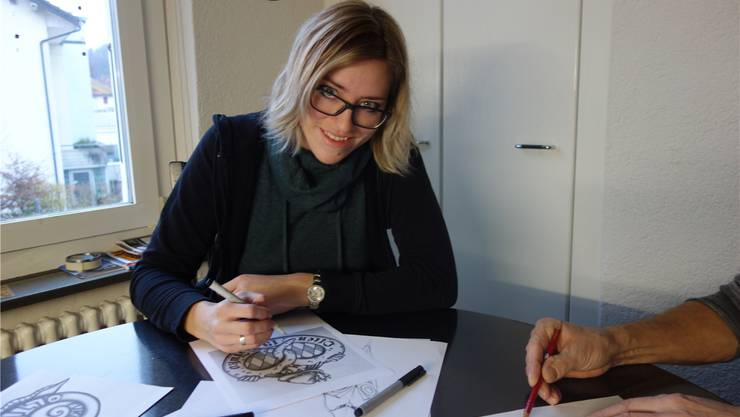 Jennifer Burkhardt gewinnt den Fasnachtsplakettenwettbewerb.