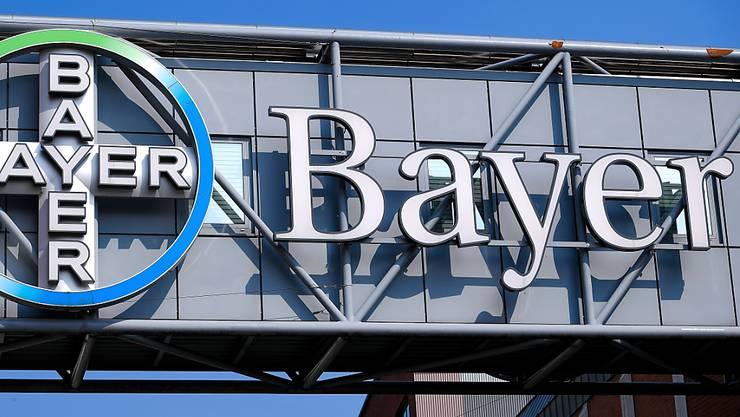 Der durch Glyphosat-Klagen unter Druck geratene Pharma- und Chemiekonzern Bayer verkauft Unternehmensteile. Die Fusspflege-Marke Dr. Scholl's geht für 585 Millionen Dollar an den US-Finanzinvestor Yellow Wood Partners. (Archivbild)