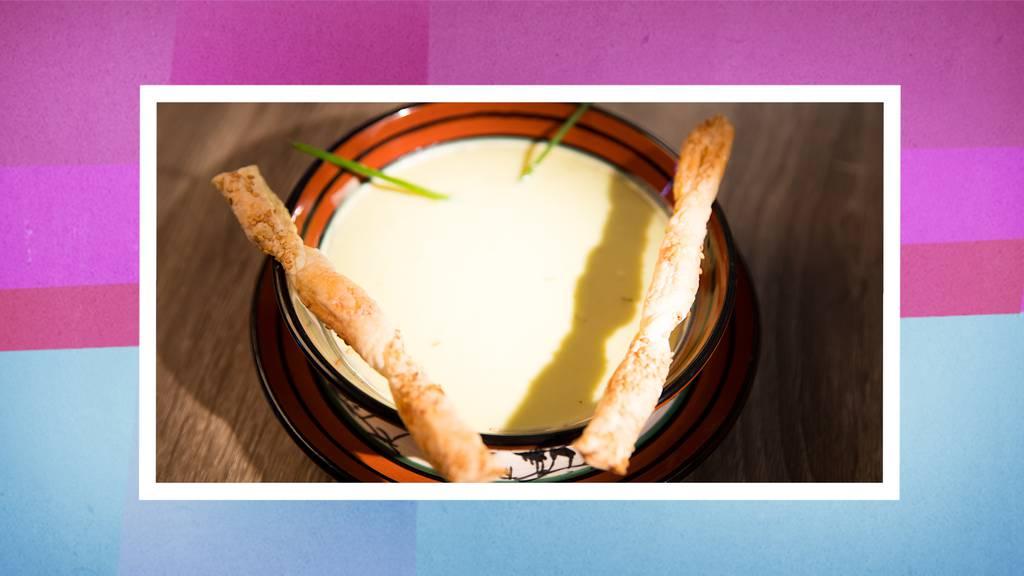 Die Vorspeise: Kalte Avocado-Suppe mit Blätterteig-Sesamstange