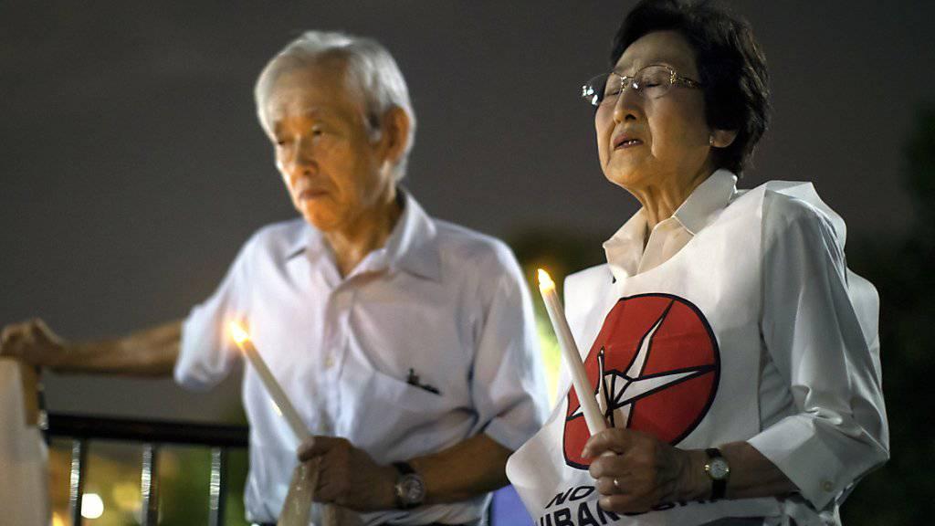 Zwei Überlebende gedenken vor dem Weissen Haus in Washington der Opfer des Atombombenabwurfs auf die japanische Stadt Nagasaki vor 74 Jahren.